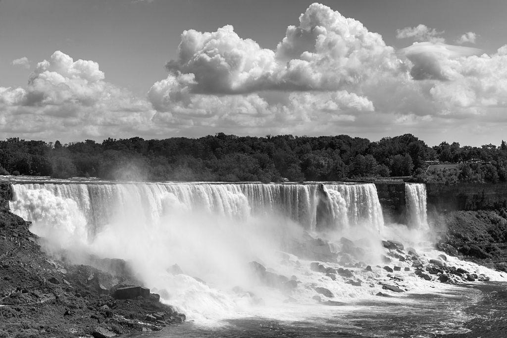 Niagara_Falls_-_Ontario,_Canada_-_August_11,_2015_05