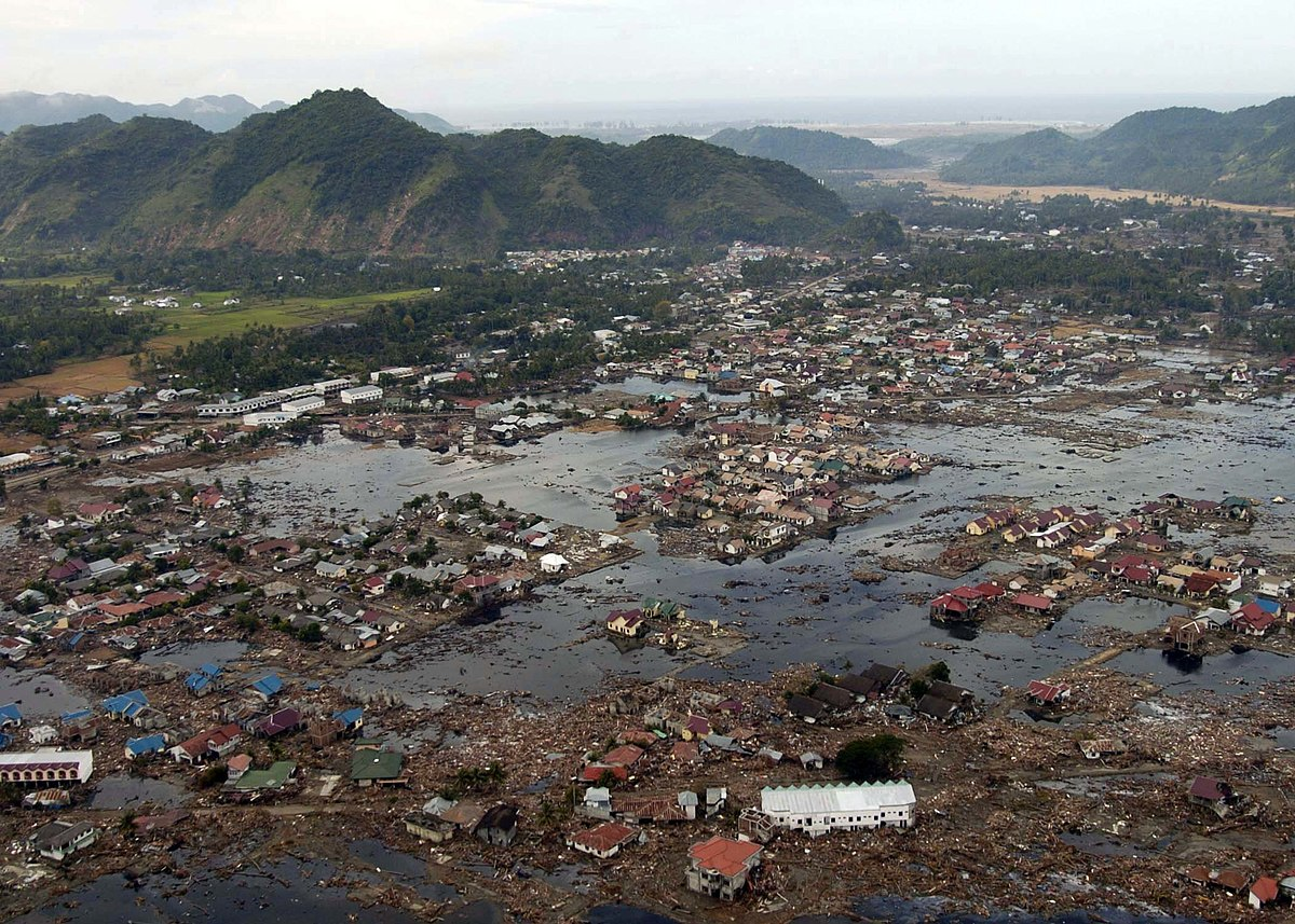 1200px-US_Navy_050102-N-9593M-040_A_village_near_the_coast_of_Sumatra_lays_in_ruin_after_the_Tsunami_that_struck_South_East_Asia