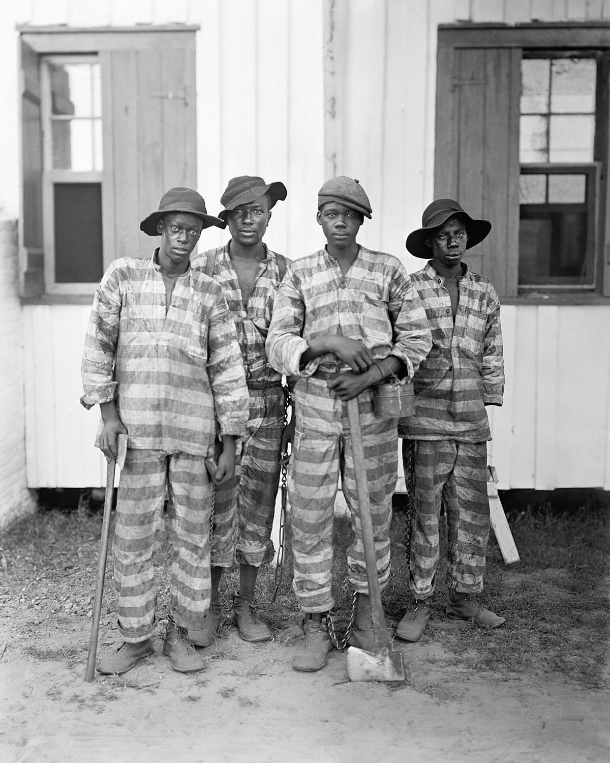 1200px-A_Southern_chain_gang_c1903-restore