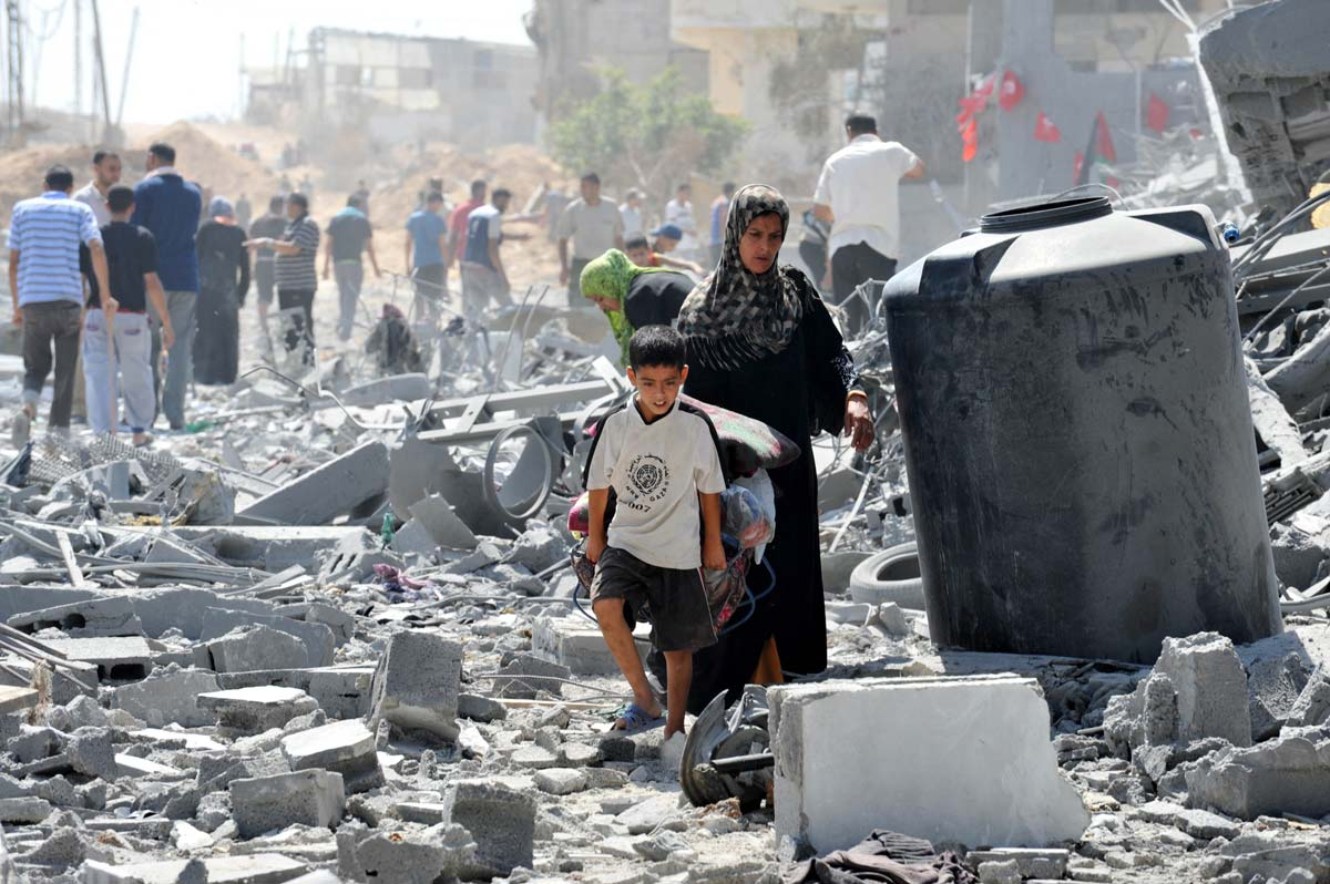 palestinian-woman-and-son-search-for-belongings-2014